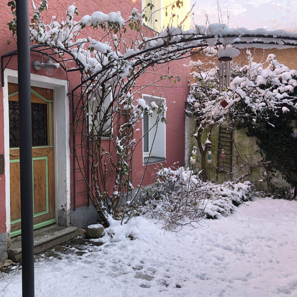 Rotes Hinterhaus im Winter