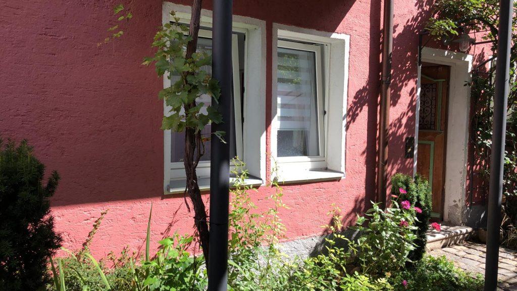 Esszimmerfenster mit Blick in den Innenhof