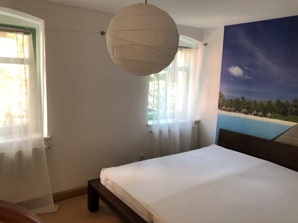 Schlafzimmer mit 2m breitem Bett