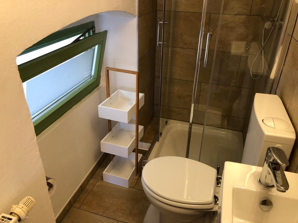 wunderschönes, neu gestaltetes Bad mit Fenster